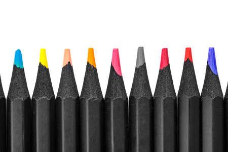 Crayons multicolores sur fond blanc disposés en rang. isolé