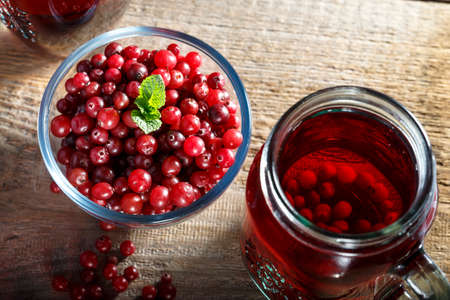 homemade vitamin drink. cranberry juice and fresh cranberries on the table Stockfoto