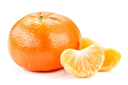 Mandarin fruit isolated on a white background. next to it are slices of mandarin  스톡 콘텐츠