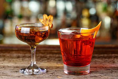 Stilvolle Cocktails an der Bar. Elite alkoholisches Getränk auf Basis von Whisky. Platz für Text