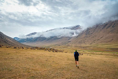 Runner running in a mountain valley. Outdoor jogging high in the mountains Imagens