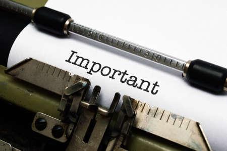 avviso importante: Importante testo sulla macchina da scrivere