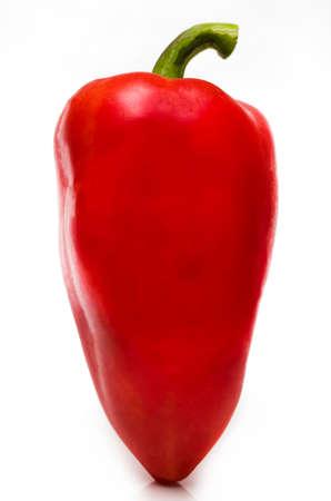 Czerwona papryka na białym tle na białym tle.