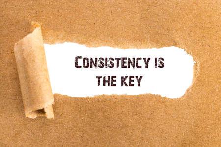 La consistencia del texto es la clave que aparece detrás del papel rasgado.