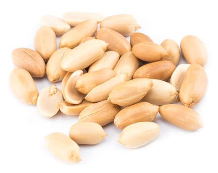 Erdnüsse lokalisiert auf dem weißen Hintergrund . Nahansicht . Standard-Bild