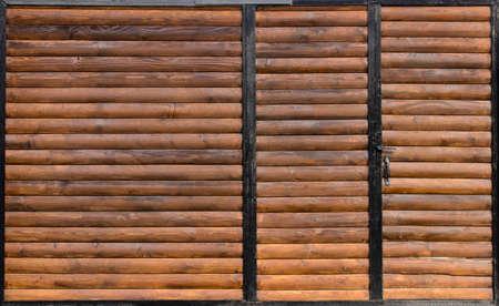 Vieille porte en bois avec porte se bouchent. Design rétro.