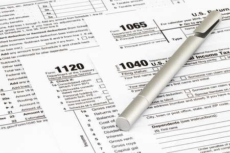 Los formularios de impuestos con dinero y la pluma. Concepto del día de impuestos. Foto de archivo