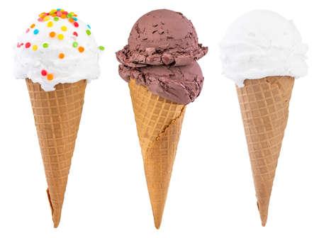 Différentes sortes de crème glacée dans des cornets de gaufres isolés sur blanc