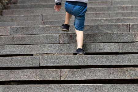 Chłopiec wspina się po schodach kamiennych Zdjęcie Seryjne
