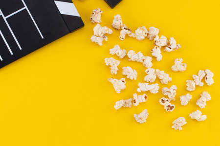Popcorn and clapperboard on colorful background. Top view. Stockfoto
