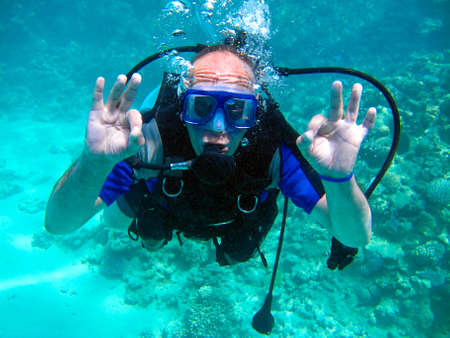 Plongeur sous-marin homme et beau récif de corail coloré sous l'eau.