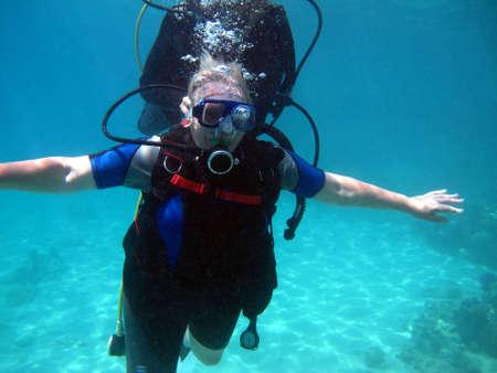 Donna scuba diver e bellissima barriera corallina colorata sott'acqua.