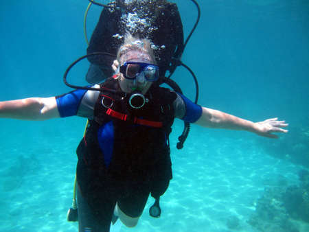 Plongée sous-marine femme et beau récif de corail coloré sous l'eau.