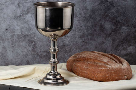 holy communion chalice with wine and bread. Stockfoto