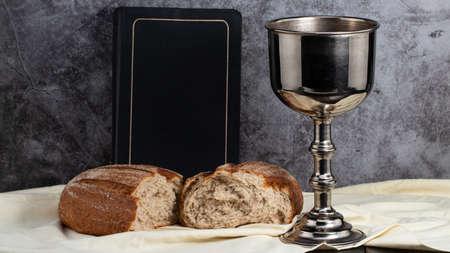 holy communion chalice with wine and bread. Zdjęcie Seryjne