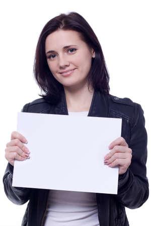 Schöne Brunet Frau mit Blanko-Karte isoliert über weiß