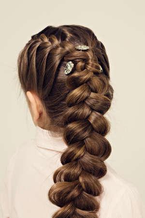Frisur Porträt des schönen Mädchen mit kreativen Frisur Zopf