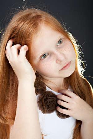 red haired girl: Ritratto di una ragazza dai capelli rossi su sfondo scuro Archivio Fotografico