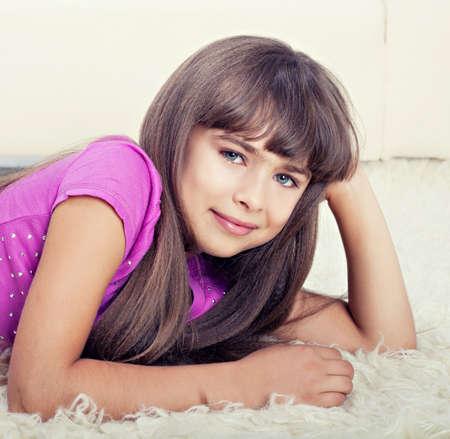 colegiala: Hermosa niña acostada en el piso Foto de archivo