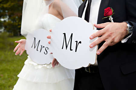 Pareja sostener tarjeta con el texto señor y la señora