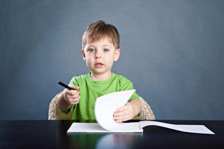 Little boy draw 版權商用圖片
