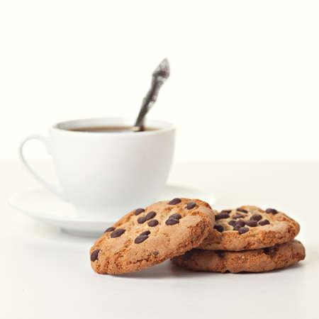 Koekjes met chocolade op witte achtergrond Stockfoto