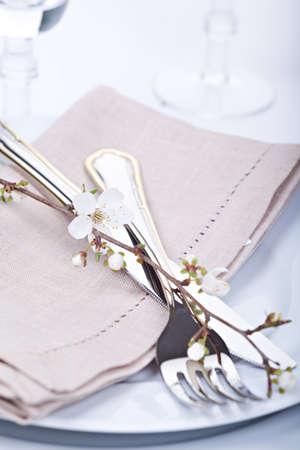 Tabelle Einstellung mit blühenden Frühlingsblumen