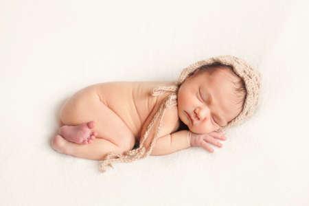 niño durmiendo: Bebé recién nacido que presenta en el fondo blanco Foto de archivo