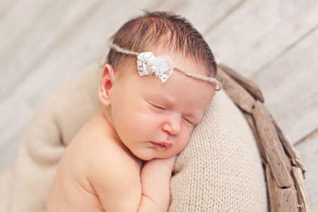recien nacido: Retrato de niña bebé recién nacido