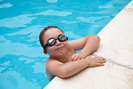 natacion niños: Natación del muchacho en una piscina