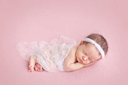recien nacido: Bebé recién nacido que presenta en el fondo de color rosa