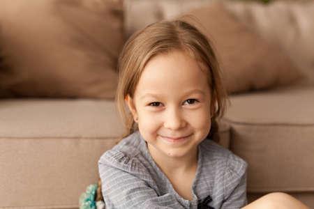 Porträt eines siebenjährigen Mädchens zu Hause Standard-Bild