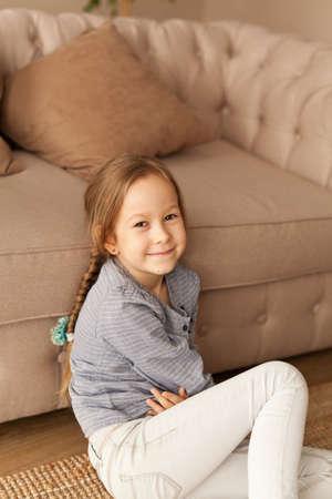 Portrait d'une fillette de sept ans à la maison Banque d'images