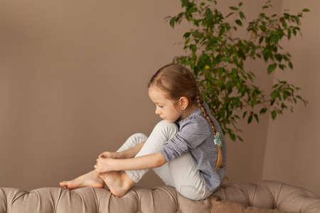 Mädchen untersucht ihre Beine zu Hause