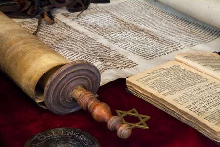 Die Sefer Tora ist eine Pergamentrolle mit dem Text der Tora, die hauptsächlich zum Lesen in der Synagoge verwendet wird Standard-Bild