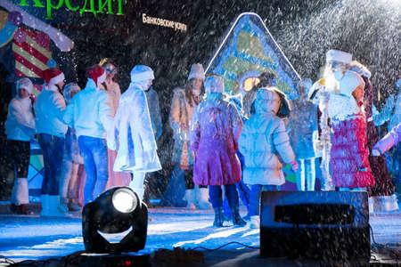 pyatigorsk: PYATIGORSK, RUSSIA - 31 dic 2014: Nonno Gelo invita i giovani spettatori alla scena. Capodanno