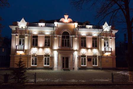 pyatigorsk: PYATIGORSK, RUSSIA - 6 gennaio 2015: Vista di notte della costruzione del Palazzo di Pionieri nel prospetto di Kirov, 41 in Pyatigorsk Editoriali