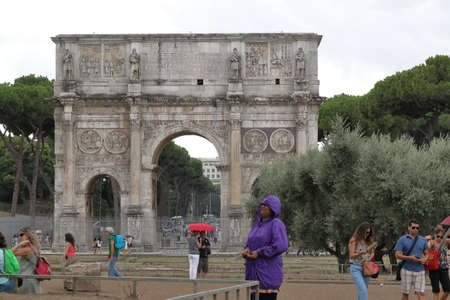 constantino: Rome, Italy - August 16, 2015: View on Arch of Constantine Arco di Constantino in rainy weather