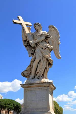 super cross: Ángel con la cruz en el puente con el Ponte Sant'Angelo en Roma, Italia. Escultor Ercole Ferrata. Inscripción: Cuius Principatus eius súper humerum Foto de archivo