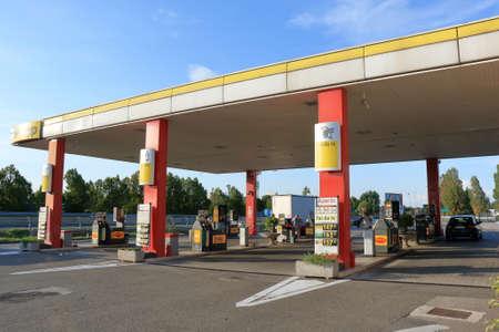 benzin: Padova, Italy - August 20, 2015: Gas station Agip Azienda Generale Italiana Petrolia - General Italian Oil Company