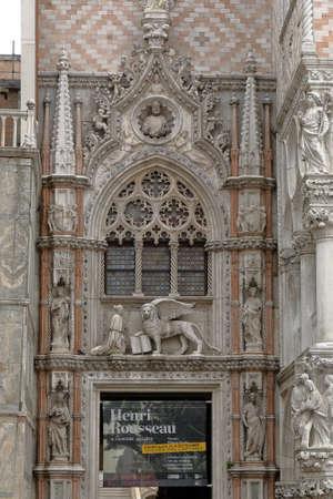 leon alado: Venecia, Italia - el 21 de de agosto de, 2015: Puerta de la Carta entrada al Palacio Ducal de Venecia. Esculturas de la San Marcos y alado león de San Marcos, el símbolo del santo patrón de la ciudad