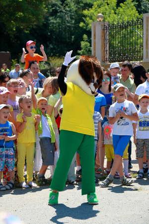 Kislovodsk, Russie - le 18 Juillet, 2015: Animator dans le costume du chien près de l'entrée du cirque divertir les enfants Éditoriale