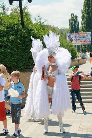 """Kislovodsk, Russie - le 18 Juillet, 2015: Les femmes dans des vêtements faits de plumes et de perles sont invités à visiter spectacle de cirque """"Carnaval des éléphants d'une dynastie Kornilov"""" Banque d'images - 50272149"""