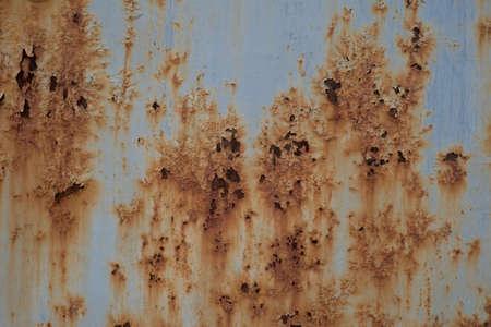 Grungy gebürstete gelbe Metallmessingplatte mit rostigen alten Metallbeschaffenheit der Schrauben. Leer für Hintergrund, freier Platz für Werbung. Rost auf einem Metallzaun. Abstrakter Hintergrund
