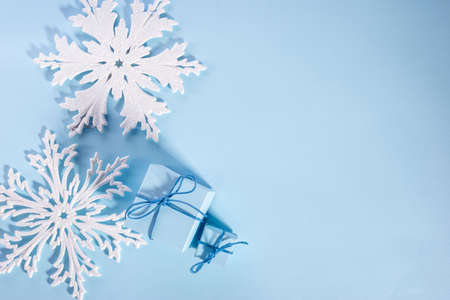 top view, christmas flatley of gifts, new year decorations, on a blue background blue christmas card Foto de archivo