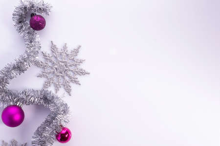 christmas flatlay with purple decorations on white background Winter holiday design. Elegant Christmas and New Year decoration in purple color. Snowflakes, gold balls and pine cones. Mockup and banner Foto de archivo