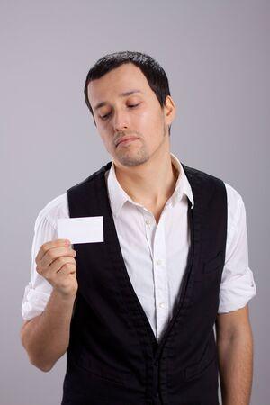 jeune mec: jeune homme avec une carte de visite dans sa main