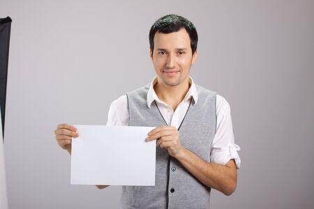 jeune mec: jeune homme avec une feuille de papier blanc