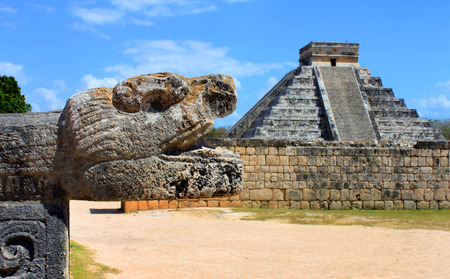 cultura maya: Primer plano de una escultura de la cabeza en la ciudad maya de Chich�n Itz� en M�xico