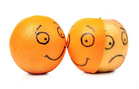 白い背景の上のリンゴとオレンジの感情 写真素材